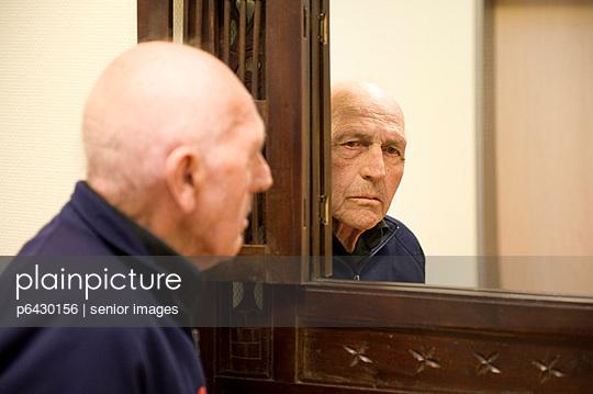 Spiegelung  - p6430156 von senior images