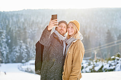 Young couple takes a selfie - p1124m1589346 by Willing-Holtz