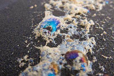 Ölfilm am Strand - p1204m1004893 von Michael Rathmayr