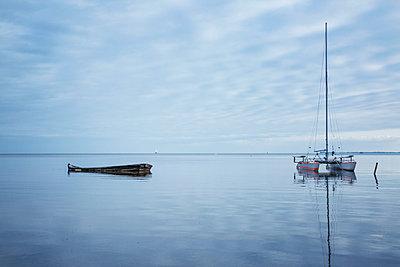 Germany, Ruegen, Putbus, Lauterbach, catamaran and boat wreck on the Baltic Sea - p300m2070401 von Maria Maar