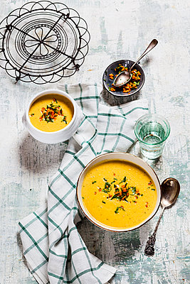 Bowls of vegan creamy carrot soup with coconut milk - p300m2083822 by Susan Brooks-Dammann
