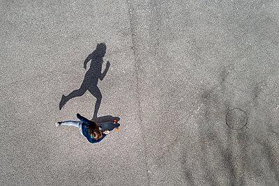 Woman longboarding, top view - p300m2104463 von Stefan Schurr
