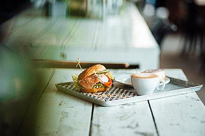 Kreuzberg, Berlin, Deutschland, Bagel mit Lachs, Business, Lockdown, Cafe, Restaurant, Frühling - p300m2290548 von Gustafsson