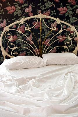 Ungemachtes Bett - p5690156 von Jeff Spielman