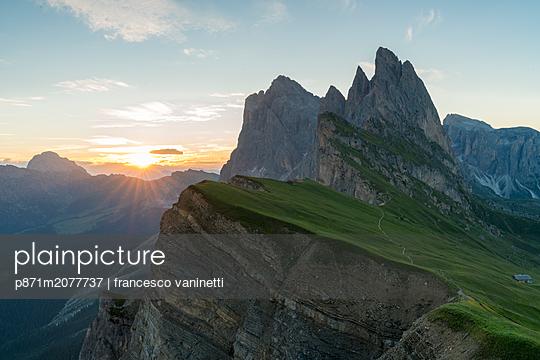 Seceda mountain at sunrise in Italy - p871m2077737 by francesco vaninetti