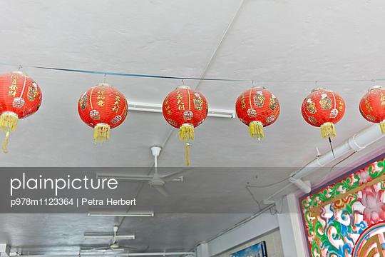 Lampions im Tempel - p978m1123364 von Petra Herbert