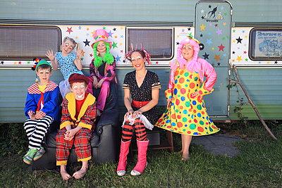 Clown-Gruppenfoto - p045m1044830 von Jasmin Sander