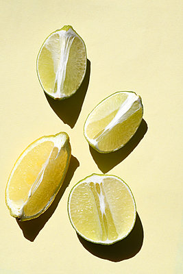 Lemon slices - p1190m2115320 by Sarah Eick
