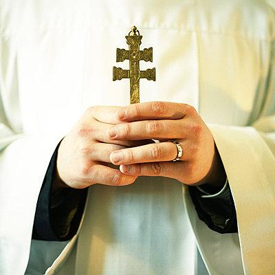 Priester mit Kreuz - p1205m1033004 von Philipp Horak