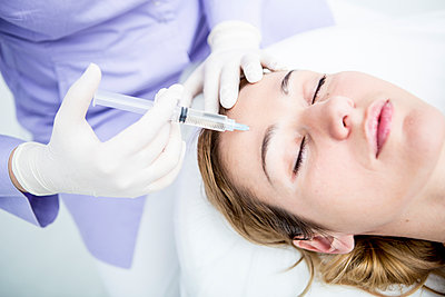 Aesthetic surgery, woman receiving injection - p300m1449972 by Fotoagentur WESTEND61