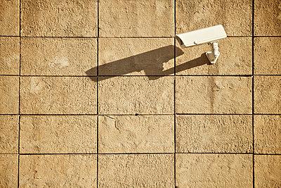 Videokamera an einer Hausmauer in Mardin, Türkei - p586m971401 von Kniel Synnatzschke