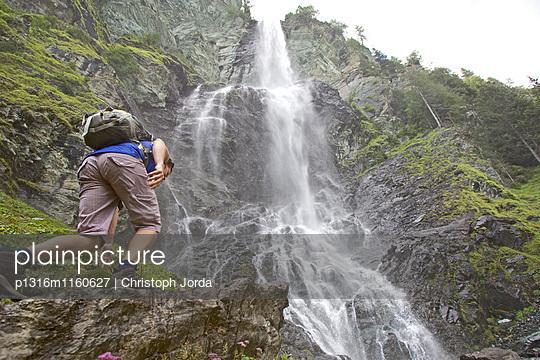Wanderin steigt zu einem Wasserfall auf, Nockberge, Kärnten, Österreich - p1316m1160627 von Christoph Jorda