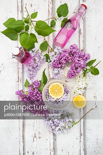 Homemade lilac sirup - p300m1587609 von Larissa Veronesi
