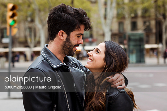Spain, Barcelona, happy young couple hugging on the street - p300m2023899 von Mauro Grigollo