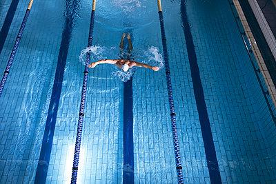 Einsamer Schwimmer - p1315m2118062 von Wavebreak