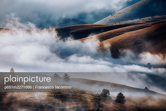 Cloudscape and wild landscape in Abruzzo, Italy. Hills at sunset - p651m2271066 by Francesco Iacomino