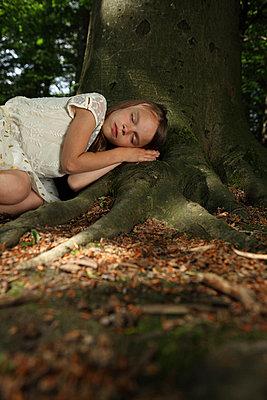 Mädchen liegt im Wald - p045m916853 von Jasmin Sander