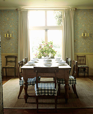 Breakfast room in country classical style with large pine table  - p349m790455 by Polly Eltes