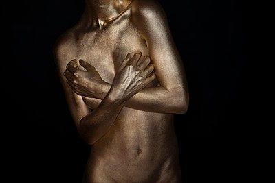 Frau in Gold - p427m963529 von R. Mohr