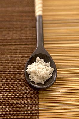 Holzlöffel mit Salz  - p6430272f von senior images RF