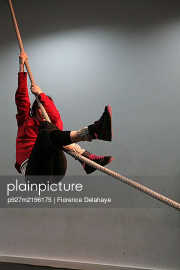 Artiste de cirque en résidence de création, recherches, corde lisse. - p927m2196175 by Florence Delahaye