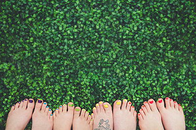 Close up of painted toenails or girls in grass - p555m1409685 by Shestock