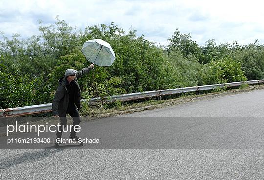 Mit Windkraft auf dem Skateboard - p116m2193400 von Gianna Schade