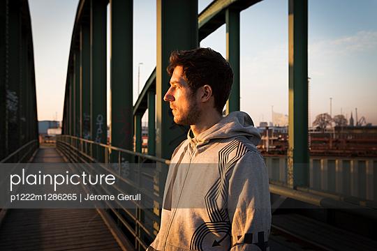 Nachdenklicher Mann auf einer Brücke - p1222m1286265 von Jérome Gerull