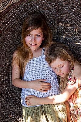 Geschwisterliebe - p045m1225899 von Jasmin Sander
