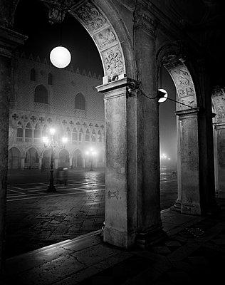 Blick auf Dogenpalast im Nebel - p1493m1585678 von Alexander Mertsch