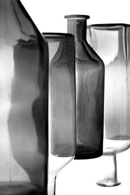 Glasflaschen im Studio - p1514m2196653 von geraldinehaas