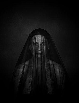 Portrait einer schwarz verschleierten Frau - p1574m2245717 von manuela deigert