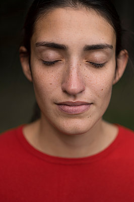 Young woman with closed eyes - p552m1477046 by Leander Hopf