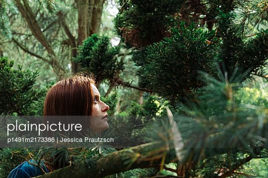 Frau steht unter Baum im Wald - p1491m2173386 von Jessica Prautzsch