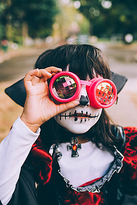 Girl wearing Halloween costume with face paint and goggles - p429m2217778 by Eugenio Marongiu