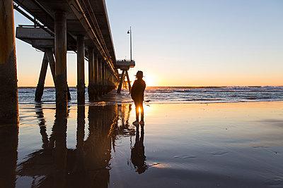 Mädchen mit Hut am Strand - p756m2087342 von Bénédicte Lassalle