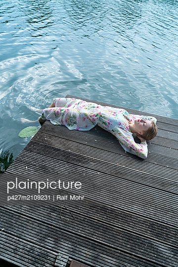 Woman on wooden pier - p427m2109231 by Ralf Mohr
