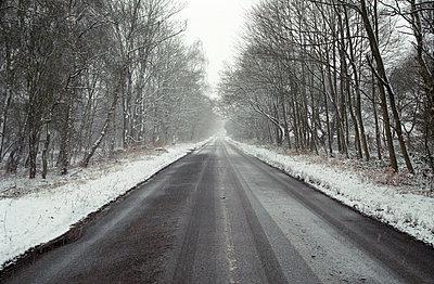 Winterliche Straße - p1090m886498 von Gavin Withey
