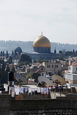 Israel, Jerusalem, View of Al Aqsa Mosque and city - p300m879471 by Tom Hoenig