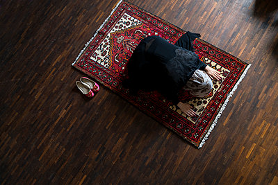 Female Muslim being at prayer - p427m1461889 by R. Mohr