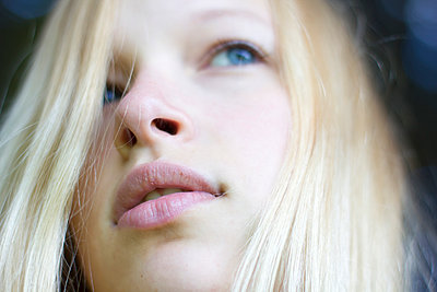 Blonde girl - p755m889713 by Henrik Pfeifer