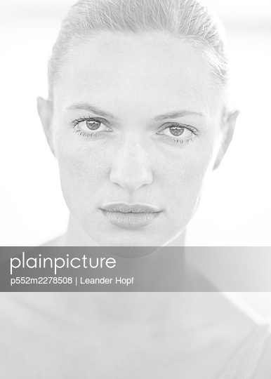 Beautiful young woman, portrait - p552m2278508 by Leander Hopf