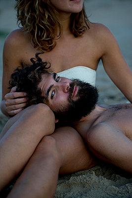 Junges Paar glücklich im Sand - p1212m1168777 von harry + lidy