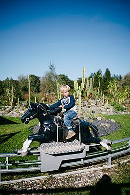 Kleiner Junge im Freizeitpark - p819m1128386 von Kniel Mess