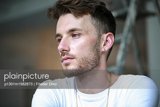 Portrait eines Mannes mit Dreitagebart - p1301m1582873 von Delia Baum