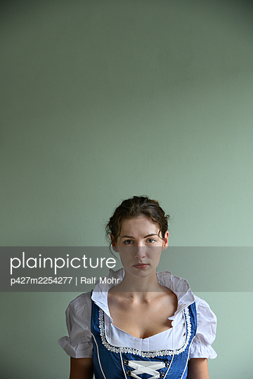 Woman in dirndl, portrait - p427m2254277 by Ralf Mohr