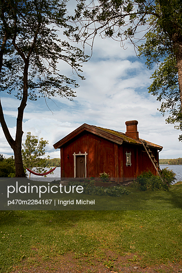 Red wooden house in Finland  - p470m2284167 by Ingrid Michel