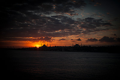 Sunset on Sultanahmet mosque - p1007m1134859 by Tilby Vattard
