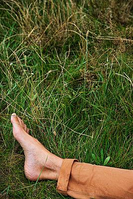 Fuß eines Mannes im Gras - p1212m1159150 von harry + lidy