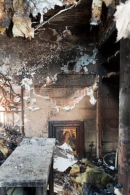 Zimmer nach Brand - p265m1200887 von Oote Boe